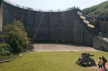 平桥石坝位于溧阳市天目湖镇平桥村。在两山之间,有一座拦水石拱坝,人称平桥石坝。它是中国最大的非钢筋混