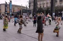 #皮拉尔节# 今天是萨拉戈萨的皮拉尔节,也是阿拉贡大区最盛大的节日。 非常幸运,吃着炸猪皮看着广场舞
