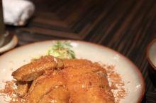 脆滑的江鳗鱼,先卤后炸的盐香鸡,肉质饱满的熏鳕鱼,干净利落的炒饭,教科书般的蛋挞酥皮…… 明阁的好,
