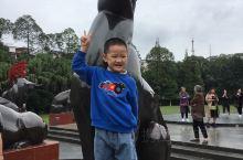 广汉市最早公园之一,金雁湖。 国庆期间,带着孩子走上一圈,十二生肖的铜像,时过境迁还是那样