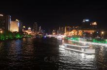 夜游海河,海河两岸的亮化很好,桥梁众多,每过一处景点,游船上导游会详细的介绍情况。