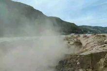王家大院开过来的旅游车要在壶口瀑布风景区换乘景区的专用大巴。到了壶口瀑布黄河岸边,看对岸的陕西有一个