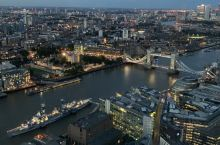 从碎片大楼俯瞰华灯初上时的泰晤士河两岸景色