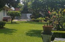 这是清迈一幼儿园,园长家的小院,图片背影是院长本人,很和蔼,很热情,非常好的有礼貌!
