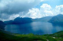 长白山 天池是松花江的源头 这里有东北数一数二的自然风光 个人认为 春夏秋冬四季皆美是评价一个景区够