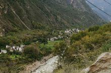 大渡河旁甲居藏寨对面山脚下的村寨。