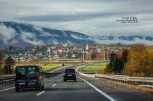 知道斯洛文尼亚这个国家是从布莱德湖开始的,我想很多人也和我一样。两天的湖边时光,晴时看它明艳动人,雾