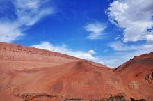 火焰山在新疆,是中国最热的地方,夏季最高气温高达摄氏47.8度,地表最高温度高达摄氏89℃,沙窝里可