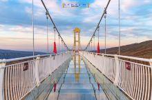 与国内很多景区蜂拥建造的玻璃栈道(桥)不同的是,独库大玻璃桥设置了高科技的5D声光电碎化效果,走在此