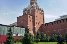 克里姆林宫的第一印象:不是一栋宫殿建筑,而是一组建筑群。关于俄罗斯,如果要以知名度排位,位于莫斯科心