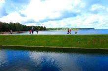 【高端大气的皇家花园-俄罗斯 夏园  】 看~蓝天白云,晴空万里,湖水清澈,鸽子飞翔,鸭子荡漾,好一