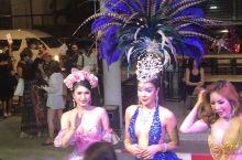 """泰国普吉岛人妖表演结束后,与游客合影。这些""""男人""""比女人还要妩媚性感妖艳…… 普吉岛·普吉府"""