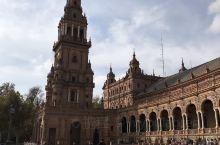 西班牙每个城市都有西班牙广场,塞维利亚市的西班牙广场被誉为西班牙最美广场,建于1929年,为承办展会