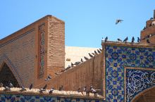 聚礼清真寺由四座不同时代的宗教建筑组成了伊朗最大的清真寺复合体,是一千多年清真寺建筑发展史的直观展示