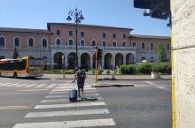 在意大利城市之间穿梭,,多数选择火车出行。从佛罗伦萨出发到比萨,到达比萨中央 比萨中央火车站公寓(P