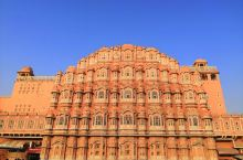 1、12月08曰早晨7:00体验了一小时印度瑜伽,用完早餐后乘车前往斋普尔第一个景点老城区地标建筑一