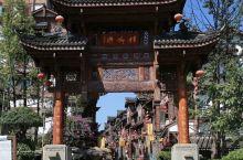 杨柳湾街位于贵州省遵义市仁怀河滨路,是集品鉴、购物、餐饮于一体的酒文化风情街。在杨柳湾街,超过一半门