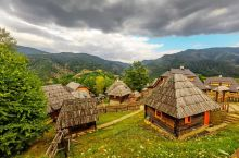 坐落在兹拉蒂博尔山区的木头村是塞尔维亚著名导演为了拍摄电影《生命是个奇迹》而修建的,在这里你可以感受