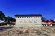 海宁市盐官镇,是中国唯一的潮乡。它位于长江三角洲南端,紧临着上海、杭州、苏州等大中城市,处在华东金三