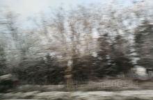 车窗里看到的雪景。