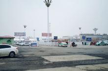 潢川站前开阔而不整齐划一广场。