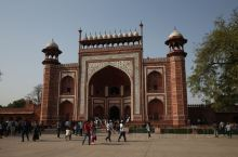 泰姬陵是皇帝沙•贾汉为了纪念已故妻子玛穆塔兹•玛哈尔(Mumtaz Mahal)而兴建的陵墓,竣工于