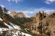 位于甘肃甘南迭部县的扎尕那景区,集山峰、峡谷、河流、原始森林和第四纪冰川地貌遗迹等,相与为伴、蔚为壮