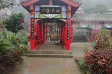 贵阳·贵州  美丽的黔灵山公园,山顶一座古庙,古树参天,渺渺飘飘的香烟弥漫在湿润的空气里,围绕山顶,
