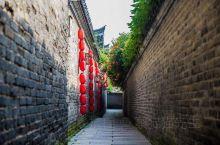 窑湾古镇坐落于江苏省新沂市窑湾镇境内,位于徐、宿交界处,距县府约30公里。窑湾古镇历史上溯于春秋,自