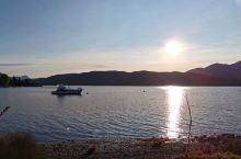Te Anau蒂阿瑙是进出米尔福德峡湾的必经之地 这里的日落美的让人难以想象 一个安静的小镇,在湖边