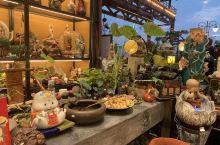 石湾公仔又称石湾艺术陶瓷,是一种特色传统陶瓷工艺品。产于中国陶瓷名镇的广东省佛山市石湾镇,是在日用陶