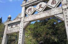 南天门距南岳镇8里路,自南岳庙后登盘山路逶迤而上,经半山亭,过邺侯书院不远,就到了云笼雾罩的南天门。