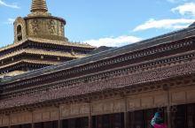"""拉卜楞寺位于甘肃省甘南藏族自治州夏河县。建于1709年,是藏传佛教格鲁派六大寺院之一,被世界誉为""""世"""