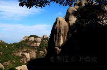 乌山,位于诏安、云霄、常山三县(区)交界处。因山外表呈乌黑色,故名。主峰海拔1050.6米,四周陡峭