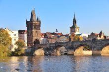 布拉格是一个山清水秀的多桥之城,碧波粼粼的伏尔塔瓦河穿城而过,共有18 座大桥横架在河水之上,将两岸