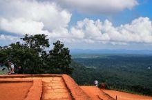 斯里兰卡之旅| 狮子岩    爬到狮子岩山顶,一望四周的景色,到处都是原始森林。怪不得当年这里可谓是