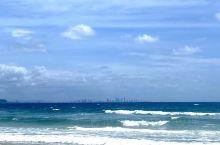 离黄金海岸30公里的彩虹湾,冲浪的好地方,水比Sufers Paradise清澈,浪也温柔一点,租板