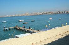 清澈、宁静的地中海透着一股温柔婉约的美,站在高处远眺地中海,那可是说不出来的心旷神怡和舒坦。栈桥上三