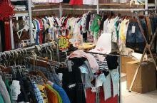 这家店铺就在大润发出口,不远处的地方,都是卖小孩子衣服的,除了在店铺里面,在外面也摆满了,现在有优惠