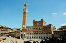 意大利托斯卡那地区古城锡耶纳的贝壳广场也称为田野广场,游客可以免费游玩,位于锡耶纳古城的城市中央,从