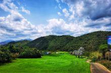 DAY3打卡#三亚#龙泉谷 顾名思义就是在山谷里开辟的球场,呵呵 球场体验分享:一如既往的蓝天白云,