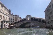 """威尼斯黄金大运河上坐游艇观二岸风景,第一张便是威尼斯的象征——里亚托桥,素有""""水上华尔街""""之称,很早"""