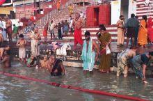 想知道印度人在恒河是怎么洗澡的吗?   恒河是印度的圣河,每一个印度教徒都希望可以来恒河洗澡。印度教