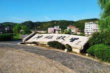 古代廊桥横跨河谷,使得峻峭深谷变为通途,同时,还为挑夫提供了停歇避风雨的作用,在茶盐古道中发挥着重要