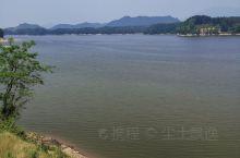 美丽的红寺湖,有如一个天然的硕大的盆景,镶嵌在南郑区西南的绿水青山之中。景区面积约35平方公里,森林