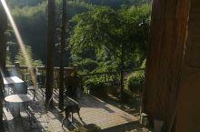 美美的大露台,阳光正好,深山凉爽,下午可以喝酒喝茶吃小点,聊天。