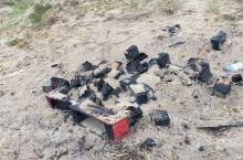 在海滩的边上有一堆昨夜篝火留下的痕迹,远处是大海,近处是烧焦的木炭,反差很大,为什么没有人把这里打扫