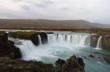 不大不小的瀑布,水太干净了。