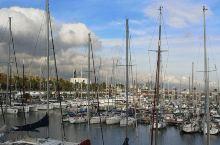 巴塞罗那在上个世纪九十年代曾经举办过奥林匹克运动会。现在的体育场可供游人免费参观。海边的游艇码头在蓝