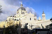 马德里白天的景色。有小熊和草莓树的雕像、马德里市政大厅、太阳门广场、主广场、拉塞尔广场。